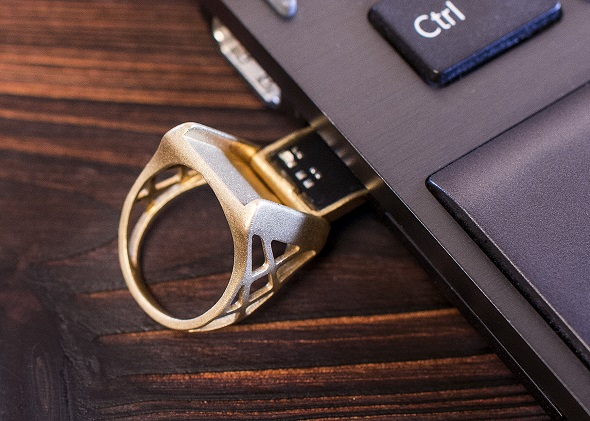 USBを3Dプリンタ製指輪にはめこむことで、ここまでおしゃれに。Photo credit: Ming Wu