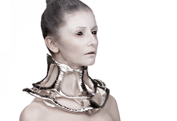 3D printed neckpiece by Laura Thapthimkuna.