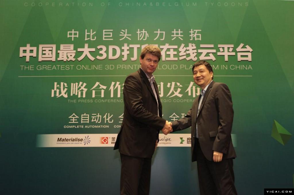 マテリアライズ経営執行役会長(Executive Chairman)ピーター・レイス氏と握手をかわすゴールデンレイザー社会長リャン・ウェイ氏