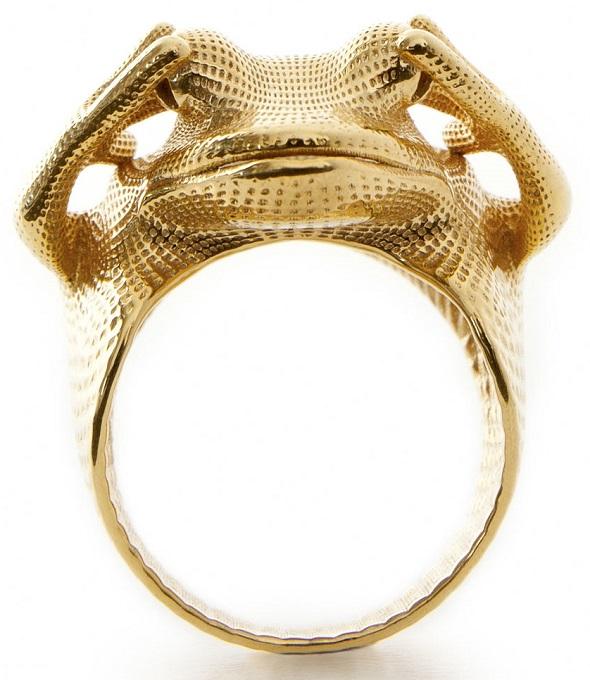 真鍮金メッキ仕上げで3Dプリントされた指輪:Frog Ring by Peter Donders.