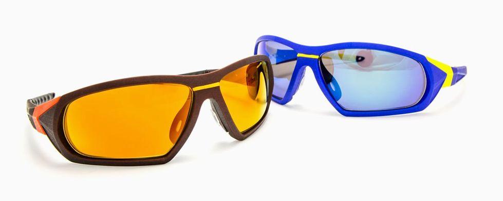 שני זוגות משקפי שמש המודפסים בתלת מימד, אחת חומה ואחת כחולה.